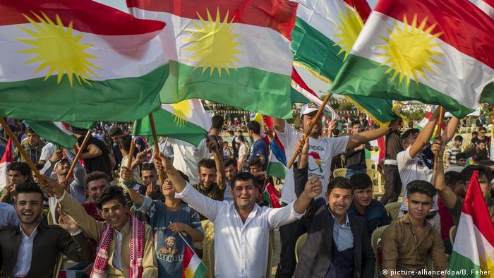 Curdos levantam sua bandeira em protesto a favor do referendo, em 16 de setembro