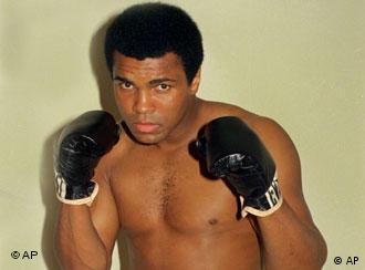 Muhammad Ali mit Boxhandschuhen