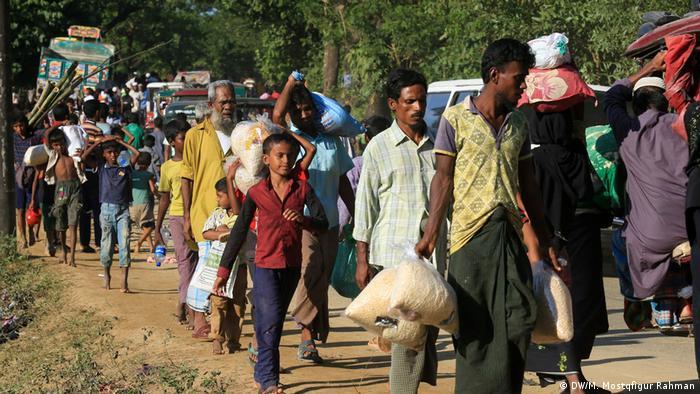 Membros da minoria muçulmana rohingya fogem de Myanmar em direção a Bangladesh