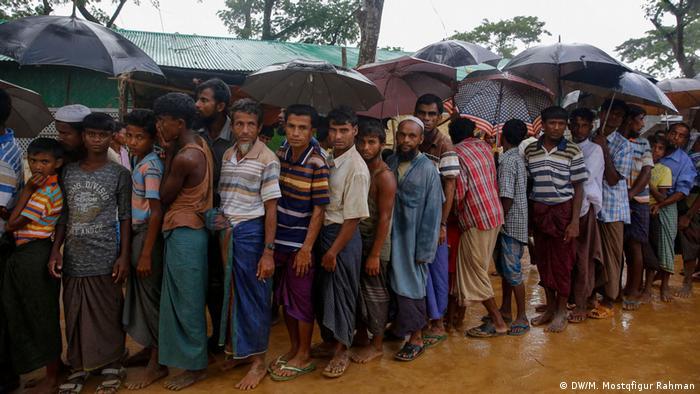 Bangladesch Biometrische Registrierung von Rohingya-Flüchtlinge (DW/M. Mostqfigur Rahman)