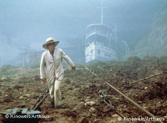 Kinski mit Schiff im Schlepptau in Fitzcarraldo