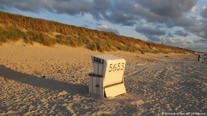 beach on Sylt wicker beach chair, Strand (picture-alliance/T.Uhlemann)