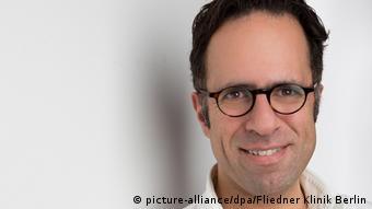 Portrait von Mazda Adli; Ein Mann mit Brille schaut uns freundlich an