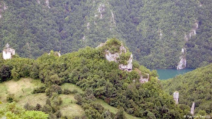 """Bosnien-Herzegowina, Mittelalterliche Festung """"Klotjevaèki grad"""" über dem Fluß Drina (Marinko Sekulic)"""