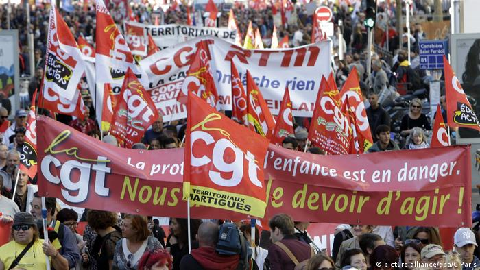 Protesters march in Marseilles (picture-alliance/dpa/C.Paris)