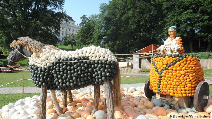 horse and cart decorated with pumpkins (Juckerfarm/Werner Kuhnle)