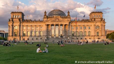 Reichstagsgebäude in Berlin (picture-alliance/dpa/D.Kalker)