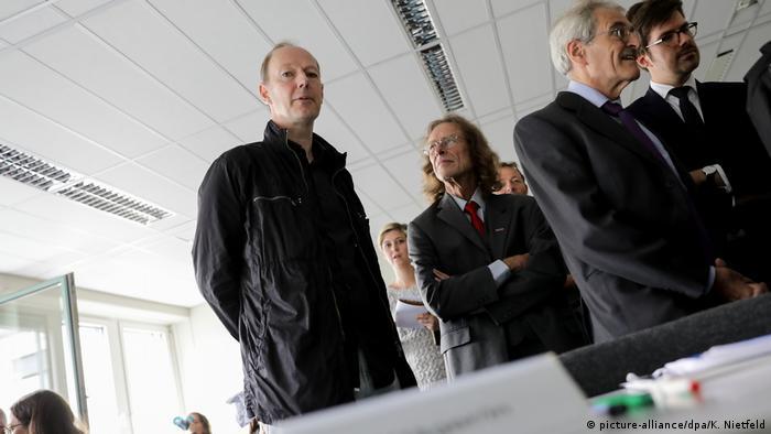 Martin Sonneborn, Parteivorsitzender von Die PARTEI im Gerichtssaal (Foto: picture-alliance/dpa/K. Nietfeld)