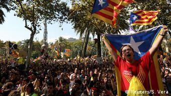 Οπαδοί της ανεξαρτησίας έξω από το δικασικό μέγαρο της Βαρκελώνης