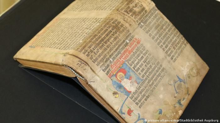 Сенсаційна знахідка: 2017 року у бібліотеці Аугсбурга виявили, що одна з обкладинок старовинних книжок з фонду - сторінка Біблії Гутенберга. На книжку не звертали увагу понад 400 років