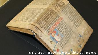 Сенсационная находка: 2017 в библиотеке Аугсбурга обнаружили, что одна из обложек старинных книг из фонда - страница Библии Гутенберга. На книгу не обращали внимание более 400 лет