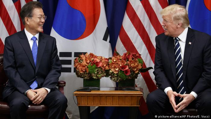 UN Generalversammlung in New York | Donald Trump & Moon Jae In (picture-alliance/AP Photos/E. Vucci)