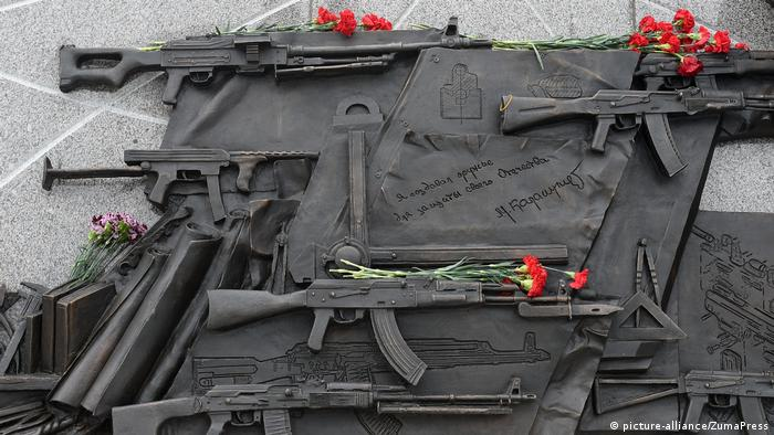 Russland Kalashnikow Denkmal in Moskau (picture-alliance/ZumaPress)