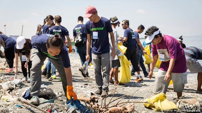 Volunteers pic up trash on Freedom Island in Manila Bay (Daniel Müller/Greenpeace)