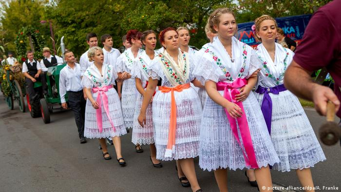 Garotas com trajes típicos sórbios passeiam na rua