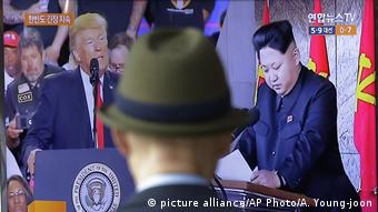 Donald Trump und Kim Jong Un TV Bild in Seoul (picture alliance/AP Photo/A. Young-joon)