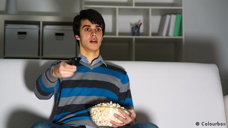 Symbolbild Mann vor TV (Colourbox)