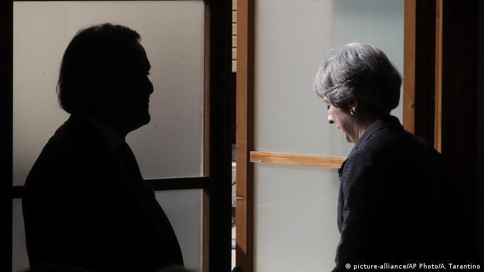 Тереза Мэй перед открытой дверью