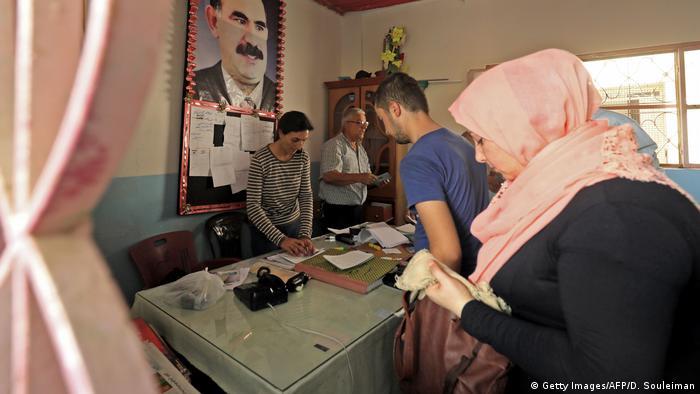 19 Eylül'deki yerel seçimlerde Kamışlı'daki seçim noktasında PKK lideri Abdullah Öcalan'ın resmi asılı duruyor.