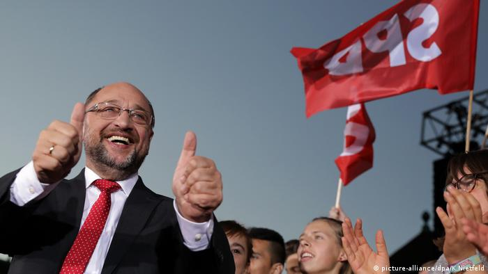 SPD leader Martin Schulz gives a double thumbs-up sign at a campaign rally.
