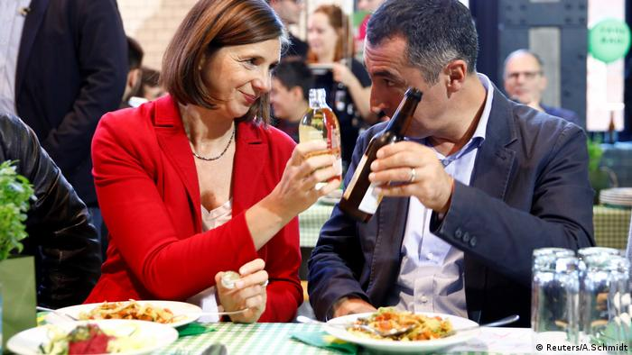 Green Party leaders Katrin Goering-Eckardt und Cem Özdemir toast eachother over dinner at a final campaign rally in Berlin.