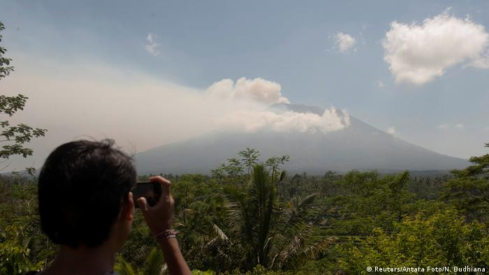 Thousands evacuated after Bali volcano placed on highest alert level