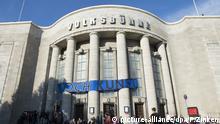 Doch Kunst steht am 22.09.2017 in Berlin auf dem Transparent an der Volksbühne. Aktivisten haben das Gebäude am Nachmittag besetzt, protestieren so gegen den neuen Intendanten Chris Dercon. Die Protestler bezeichnen ihre Aktion als Performance. Foto: Paul Zinken/dpa +++(c) dpa - Bildfunk+++   Verwendung weltweit
