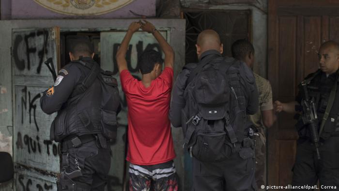 El Supremo Tribunal Federal de Brasil prohibió las redadas de las fuerzas de seguridad en las favelas de Río de Janeiro durante la pandemia de coronavirus, en medio de crecientes críticas por casos recientes de violencia policial. Las operaciones policiales en las zonas pobres de la ciudad solo podrán llevarse a cabo en casos absolutamente excepcionales (05.06.2020).