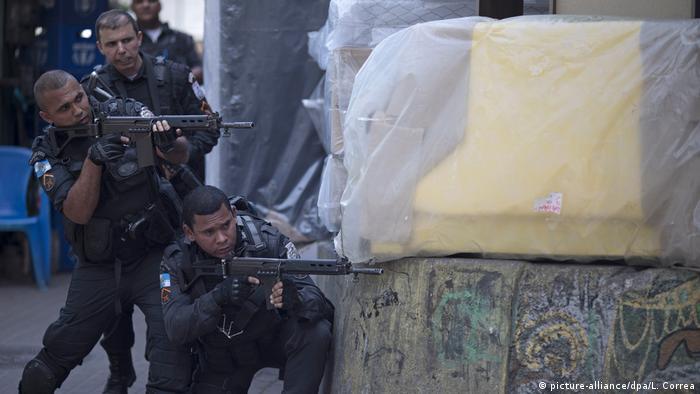 Brasilien Polizeieinsatz in der Favela Rocinha (picture-alliance/dpa/L. Correa)