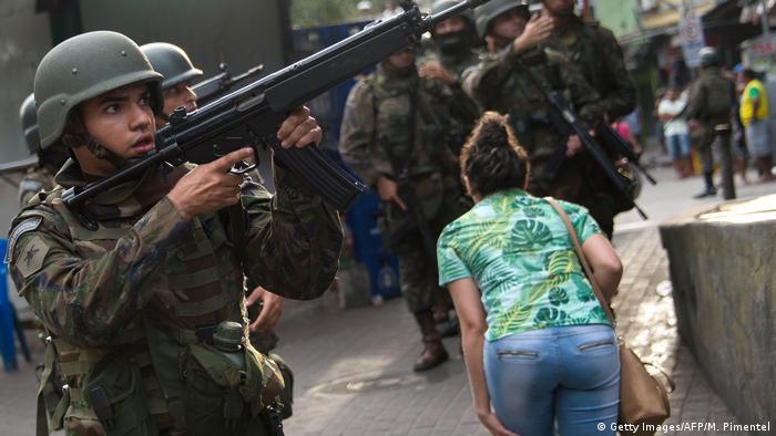 As Forças Armadas vão apoiar a retomada do controle da favela da Rocinha com ações na mata