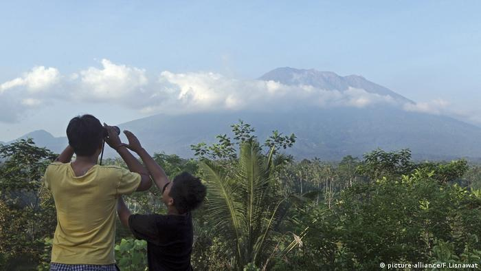 Bali volcano evacuees asked to return home