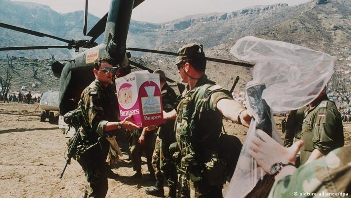 Irak Hilfsmittel für kurdische Flüchtlinge (picture-alliance/dpa)