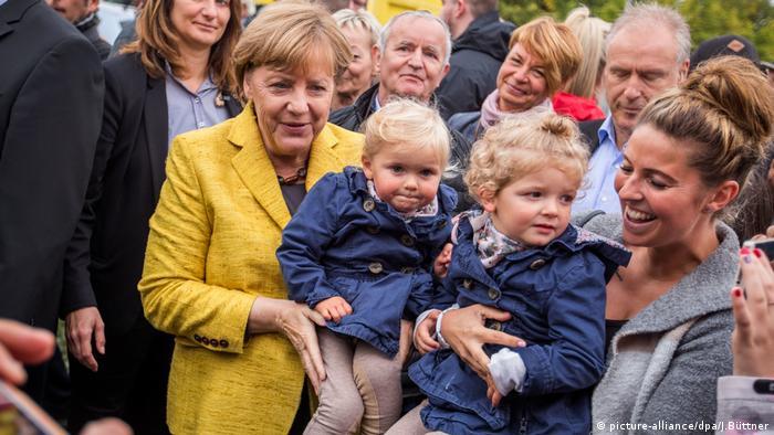 Merkel besucht Erntefest (picture-alliance/dpa/J.Büttner)