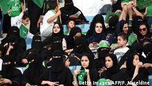 Saudi-Arabien Frauen im Stadion in Riad (Getty Images/AFP/F. Nureldine )