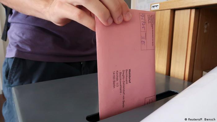 Según una encuesta elaborada por la agencia DPA, Alemania registrará un récord de voto por carta en estas elecciones generales de 2017. Casi la totalidad de los Estados federados del país confirmaron un incremento de las solicitudes de voto por correo, por lo menos en las grandes ciudades. Cuatro años atrás, uno de cuatro alemanes utilizó esta modalidad para expresar su preferencia política.