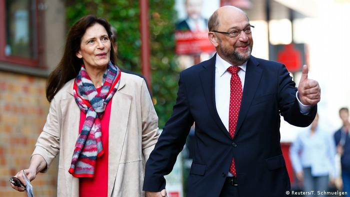 Würselen Martin Schulz vor Wahllokal zur Bundestagswahl (Reuters/T. Schmuelgen)