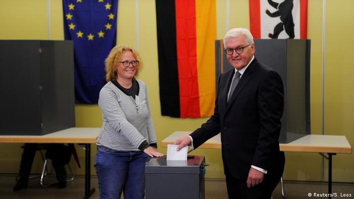 ¿Qué partido o partidos habrá marcado el presidente alemán en su boleta? Según Steinmeier, nunca antes se había sentido tan claramente que unas elecciones tienen que ver con el futuro de Europa y el futuro de la democracia, probablemente en alusión al inminente acceso al Parlamento de la ultraderechista Alternativa para Alemania (AfD).