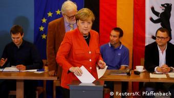 Merkel deposita seu voto em seção eleitoral em Berlim