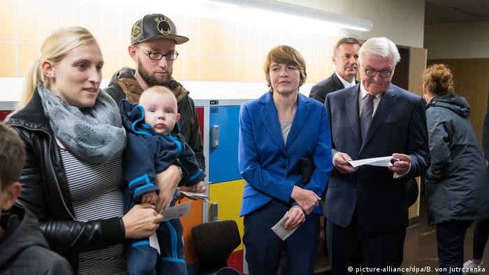 Deutschland Bundestagswahl Frank-Walter Steinmeier mit Ehefrau (picture-alliance/dpa/B. von Jutrczenka)