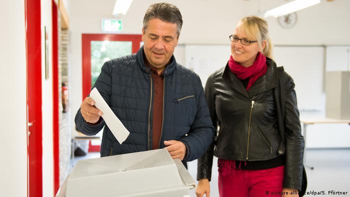 Bundestagswahl 2017 | Sigmar Gabriel bei Stimmabgabe (picture-alliance/dpa/S. Pförtner)