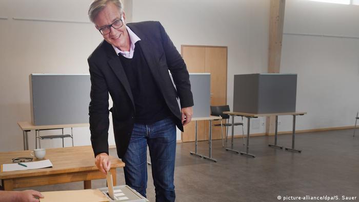El candidato del partido La Izquierda depositó su boleta en estas elecciones generales en Alemania del 24 de septiembre de 2017 en Prerow, Mecklenburgo-Pomerania Occidental. A medida que pasan las horas crece la expectativa por conocer los resultados.