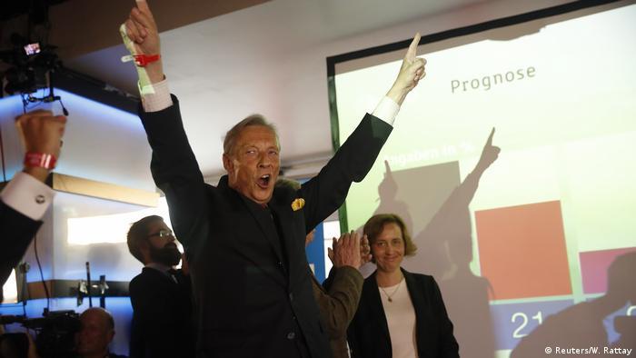 En la foto, Armin-Paul Hampel, del partido nacionalista de derecha AfD, celebra el resultado obtenido: un 13,5 por ciento de los votos de los alemanes, que convierte a ese partido en la tercera fuerza política del país.