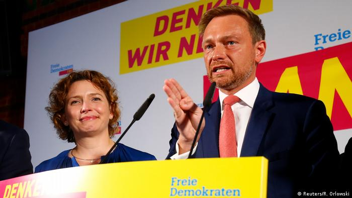 El Partido Liberal (FDP) estaría en el 10,5 %, según los primeros pronósticos. Aquí, Christian Lindner, su candidato, reacciona a los primeros resultados de las elecciones alemanas. El centro de todos los partidos se desplazó hacia la extrema derecha, de ahí el triunfo de la AfD, dijo a la emisora ntv.