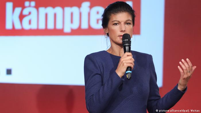 Sarah Wagenknecht speaking with microphone (picture-alliance/dpa/J. Woitas)