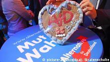 Ein Mann hält am 24.09.2017 auf der Wahlparty der Alternative für Deutschland (AfD) in Berlin ein Lebkuchenherz mit der Aufschrift AfD goes Berlin in der Hand. Foto: Julian Stratenschulte/dpa | Verwendung weltweit