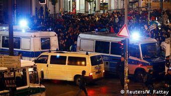 Демонстранты и полиция перед штаб-квартирой АдГ в Берлине