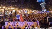 Teilnehmer einer Demonstration protestieren mit einem Banner mit der Aufschrift Ganz Frankfurt hasst die AfD!!! am 24.09.2017 im Bahnhofsviertel in Frankfurt am Main (Hessen) gegen den Wahlerfolg der Partei Alternative für Deutschland (AfD). Die AfD hat nach ersten Hochrechnungen ein zweistelliges Prozentergebnis bei den Bundestagswahlen 2017 erreicht. Foto: Andreas Arnold/dpa +++(c) dpa - Bildfunk+++ | Verwendung weltweit