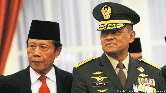 Indonesien Generalstabchef Gatot Nurmantyo mit Geheimdienstchef Sutiyoso (picture-alliance/Photoshot/A. Kuncahya)