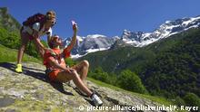 zwei Wanderer in den Alpen machen ein Selfie, Frankreich, Savoy, Vanoise Nationalpark, Valley of Champagny   two wanderer in the Alps taking a selfie, France, Savoie, Vanoise National Park, Valley of Champagny   Verwendung weltweit