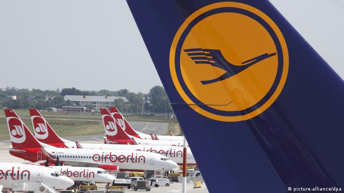 Deutschland Air Berlin und Lufthansa Flugzeuge Berlin-Tegel